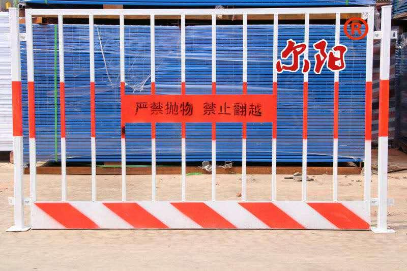 122米红白色方管基坑临边护栏现货